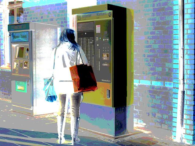 La Blonde aux billets de trains en jeans serrées et bottes sexy à talons trapus /  Biljetter blond in chunky heeled sexy boots & jeans -  Ängelholm , Suède / Sweden.  23 octobre 2008- Négatif postéris
