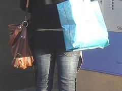 La Blonde aux billets de trains en jeans serrées et bottes sexy à talons trapus /  Biljetter blond in chunky heeled sexy boots & jeans -  Ängelholm , Suède / Sweden.  23 octobre 2008- Jeans avec sac et sacoche en gros plan.