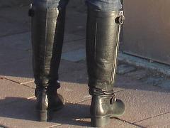 La Blonde aux billets de trains en jeans serrées et bottes sexy à talons trapus /  Biljetter blond in chunky heeled sexy boots & jeans -  Ängelholm , Suède / Sweden.  23 octobre 2008 - Focus of attention - Centre d'attention