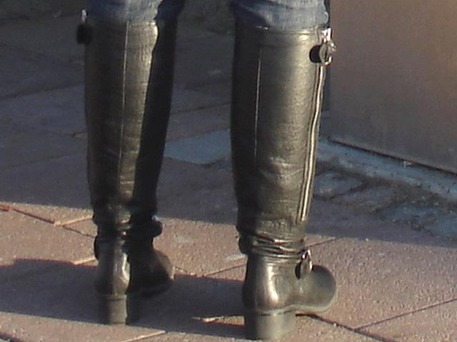 La Blonde aux billets de trains en jeans serrées et bottes sexy à talons trapus /  Biljetter blond in chunky heeled sexy boots & jeans -  Ängelholm , Suède / Sweden.  23 octobre 2008 - Focus of attent