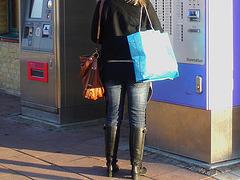 La Blonde aux billets de trains en jeans serrées et bottes sexy à talons trapus /  Biljetter blond in chunky heeled sexy boots & jeans