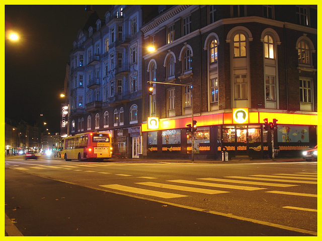 Plakat shop night façade /   Façade de nuit  - Autobus et édifice bleu- Copenhague .  19 octobre 2008.  Cadre jaune