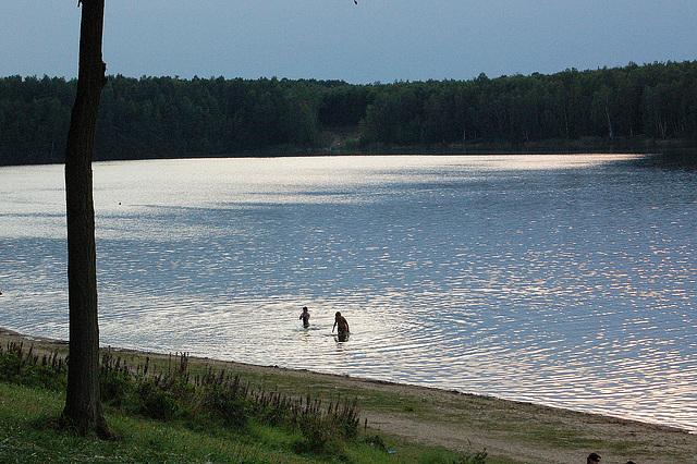 naĝado en lago