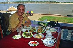 Lunchbreak beside the Tonlé Sap river