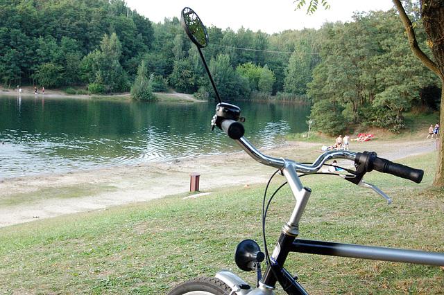 Rigardo al la lago, biciklo