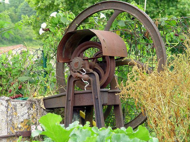 une ancienne pompe à eau bien rouillée
