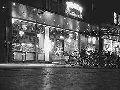 Vélos et dragons de nuit  /  Bikes & dragons night sight..   Copenhague /  Copenhagen.   25-10-2008 - N & B