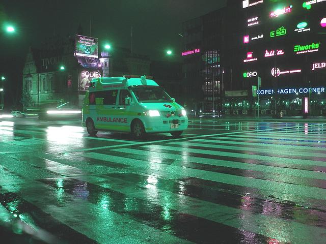 Ambulance de nuit sous la pluie - Copenhague.  19 octobre 2008.   Inversion RVB