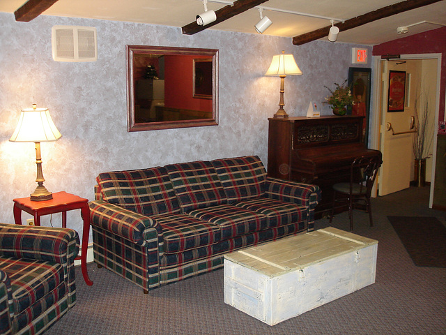Econolodge. Mendon. Vermont / USA  - États-Unis -   Salle de piano - Piano room- -  Avec flash