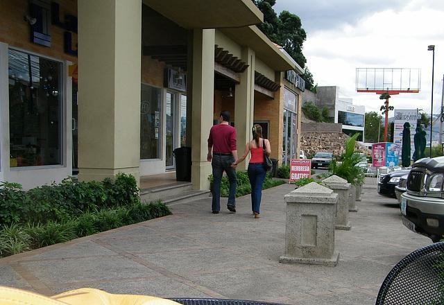 Photographe : Elisabeth /  Personas desconocidas en este centro comercial. -