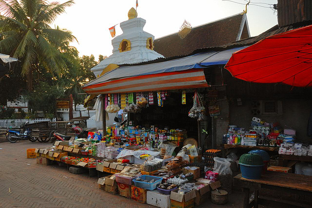 Mom-and-pop-store in front of the temple