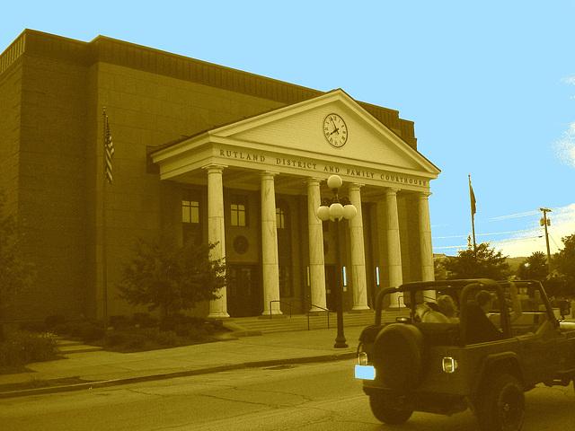 L'heure de la justice a sonné !  -  Rutland district and family courthouse. USA - Sepia et ciel bleu photofiltré