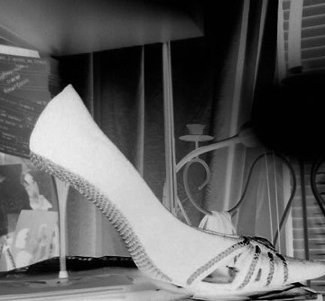 Simona's spike heels shoe - Chaussure à talons aiguilles de mon amie Simona -  With / avec permission-  Négatif