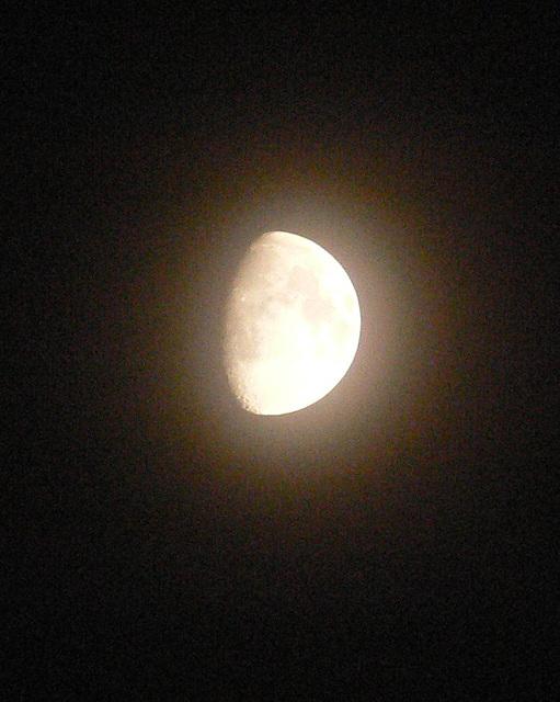 Mond am dunklen Abendhimmel