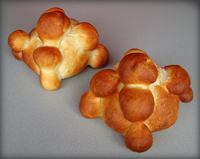 Pan de muerto - Mexican Bread of the Dead