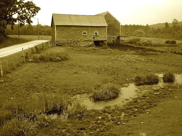 Lake Bomoseen private cemetery. Sur la 4 au tournant de la 30. Vermont, USA - États-Unis.- RVB sepiatisé