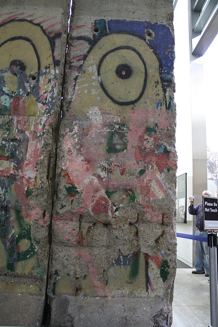 05.BerlinWallGallery.Newseum.WDC.8November2009
