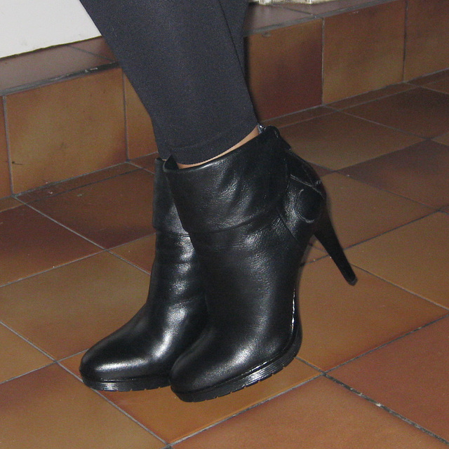 Fanny  / Fille de mon amie DD pot de colle /  DD's daugher  - Bottines CK à talons hauts .  With / Avec permission