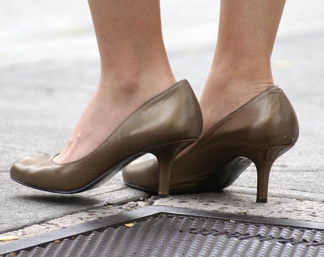 bandolino peep toe heels (F)