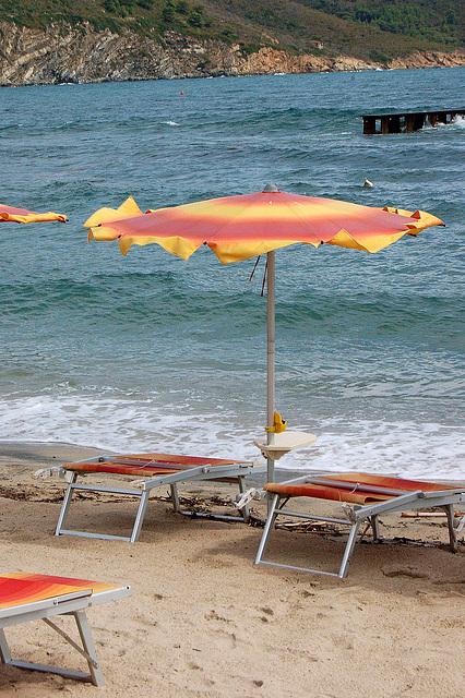 kontraŭsuna protektilo kun sunbenkoj - Sonnenschutz mit Sonnenbänken