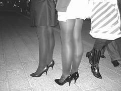 Jeunes Déesses danoises en talons hauts avec permission / Willing danish young Ladies in high heels - N & B