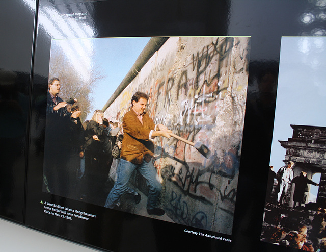 44.BerlinWallGallery.Newseum.WDC.8November2009