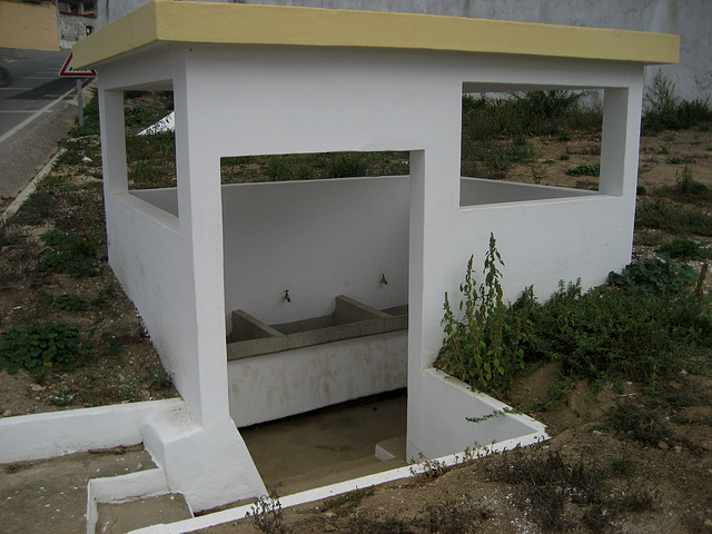 A-dos-Ruivos, hamlet old communal washtub