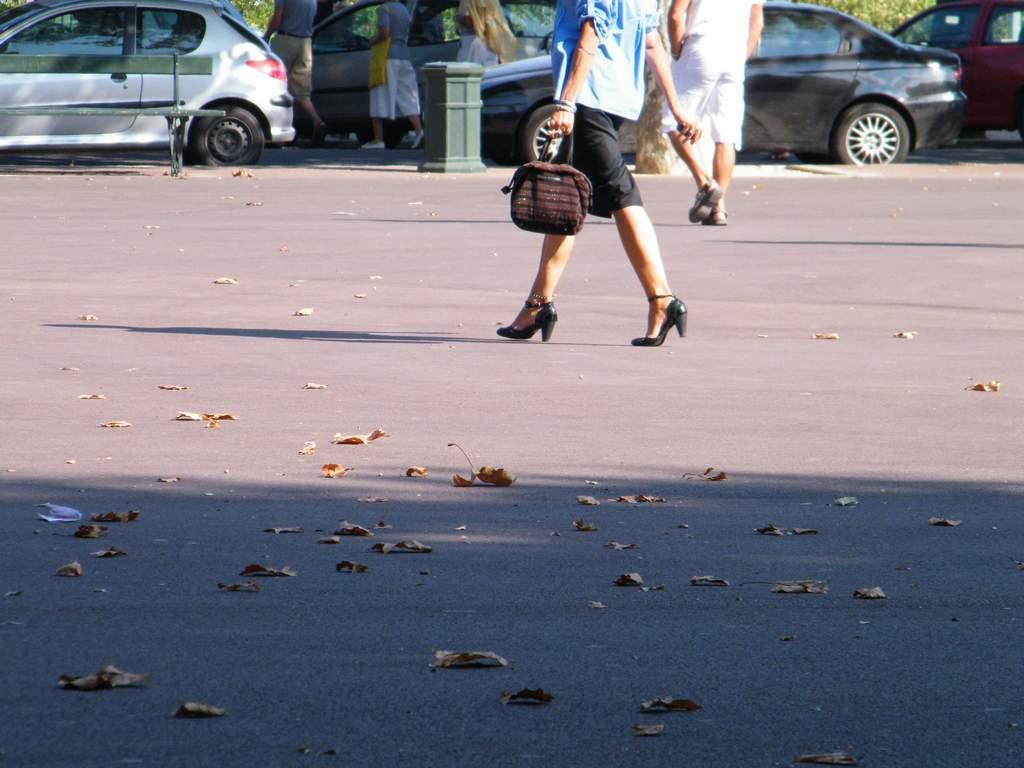 Galbes sexy et talons hauts / Sexy gait in high heels -  De mon amie Claudette avec permission.