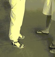 De mon amie Krisontème avec permission /   Mariage et chaussures érotiques -   Pantalon blanc et sandales sexy -  Repas en bordure de plage.  Vintage postérisé.