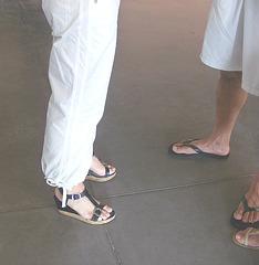 De mon amie Krisontème avec permission /   Mariage et chaussures érotiques - Pantalons blancs et sandales sexy -  Repas en bordure de plage .  Version éclaircie.