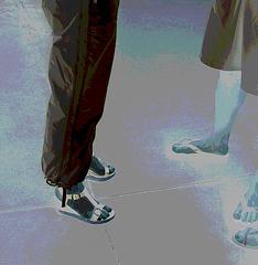 De mon amie Krisontème avec permission /   Mariage et chaussures érotiques -   Pantalons blancs et sandales sexy -  Repas en bordure de plage . Négatif postérisé.