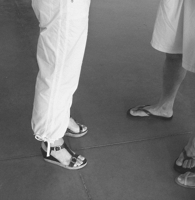 De mon amie Krisontème avec permission /   Mariage et chaussures érotiques -   Pantalons blancs et sandales sexy -  Repas en bordure de plage.  N & B