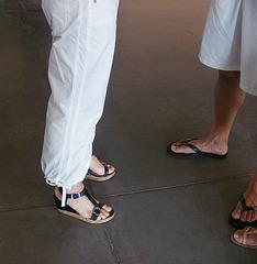De mon amie Krisontème avec permission /   Mariage et chaussures érotiques -  Pantalons blancs et sandales sexy - Repas en bordure de plage