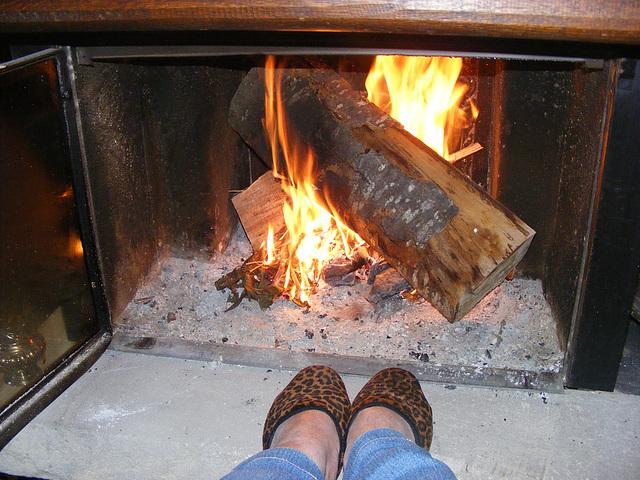 Mes pieds leopards bien au chaud / Sexy heated leopard feet -  Mon amie Christiane avec permission.