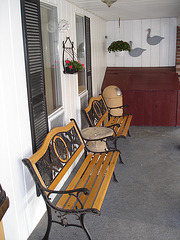 Econolodge. Mendon. Vermont , USA  / États-Unis -  Bancs jumeaux - Twin benches. 26 juillet 2009.