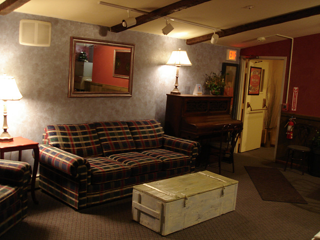 Econolodge. Mendon. Vermont - USA.  26 juillet 2009 -    Piano room - Salle de piano - Sans flash 2