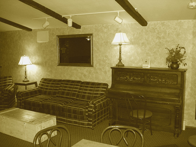 Econolodge. Mendon. Vermont - USA.  26 juillet 2009 -  Piano room - Salle de piano -  Sepia