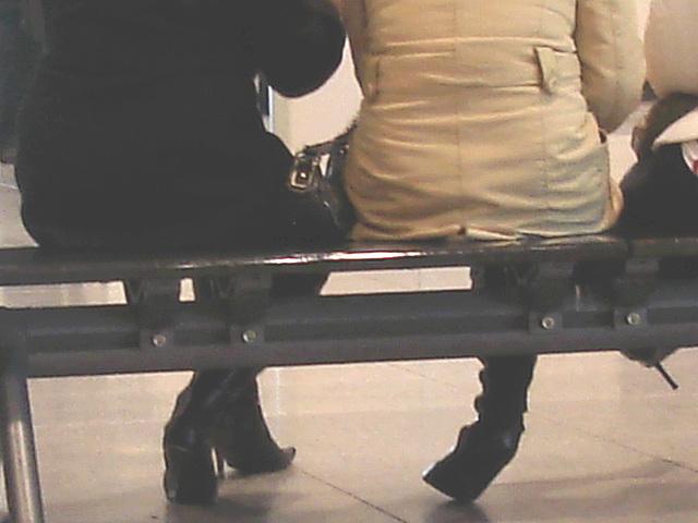 Aéroport de Montréal / Montreal airport .  15 novembre 2008  - Purse and stilettos heeled boots / Sacoche et talons aiguilles