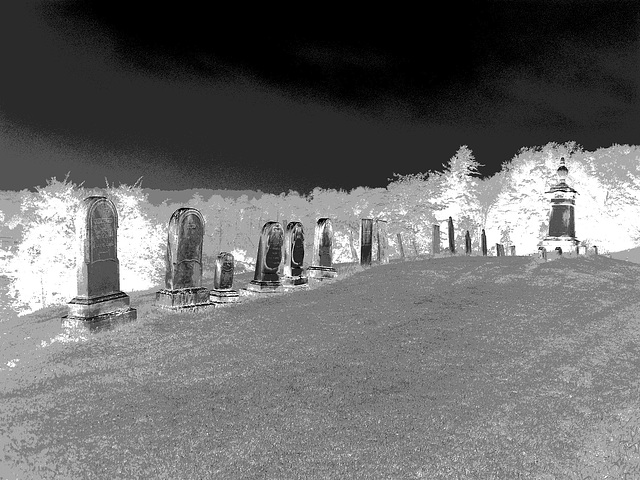 Lake Bomoseen private cemetery. Sur la 4 au tournant de la 30. Vermont, USA - États-Unis. -  N & B en négatif photofiltré