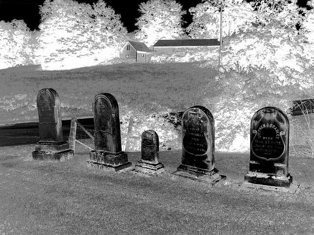 Lake Bomoseen private cemetery. Sur la 4 au tournant de la 30. Vermont, USA - États-Unis.- N & B en négatif