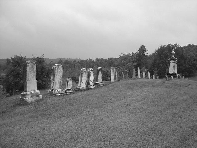 Lake Bomoseen private cemetery. Sur la 4 au tournant de la 30. Vermont, USA - États-Unis.  -  N & B