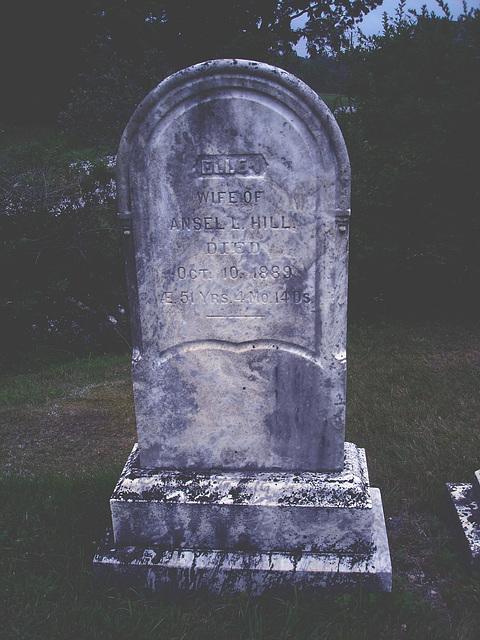 Lake Bomoseen private cemetery. Sur la 4 au tournant de la 30. Vermont, USA - États-Unis.-  Effet de nuit - Night effect