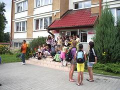 La infanoj pretiĝas por la tuttaga ekskurso al Augustów