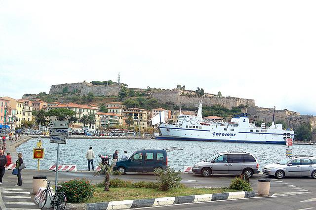 haveno laŭ naĝejo - ein Hafen der wie ein Schwimmbecken  aussieht