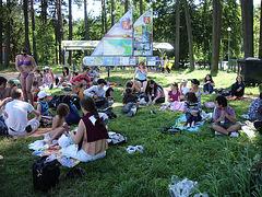Pikniko kaj pretiĝo por la banado en la lago