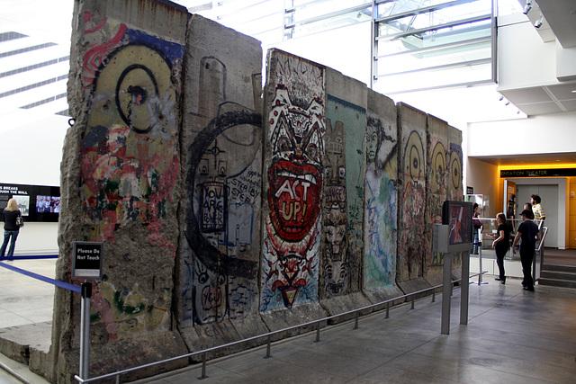 15.BerlinWallGallery.Newseum.WDC.8November2009