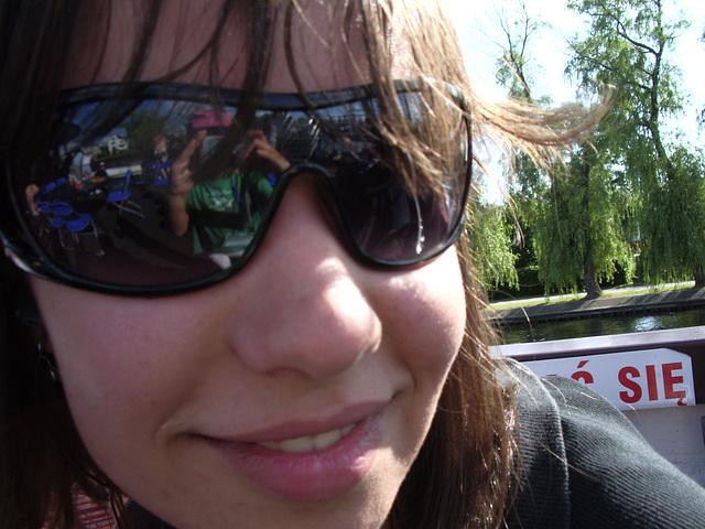 Jasna fotas Teodoran kaj aperas en ŝiaj okulvitroj :-)