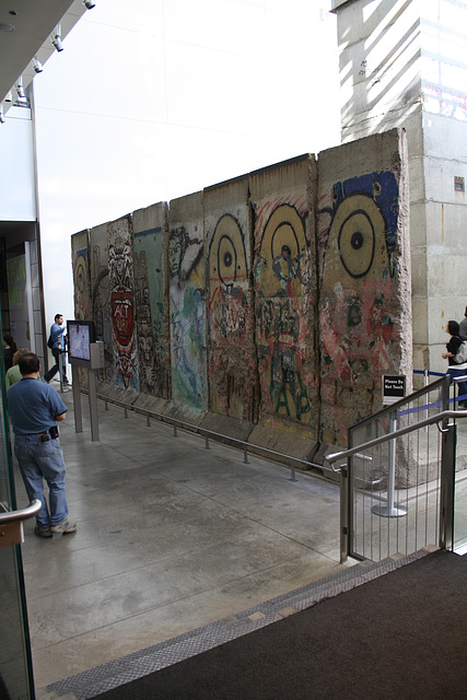 22.BerlinWallGallery.Newseum.WDC.8November2009