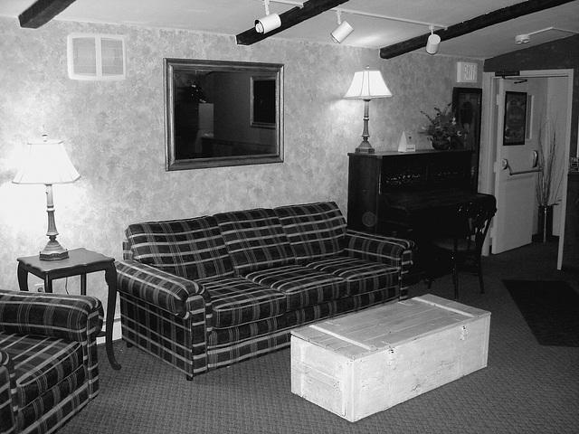 Econolodge. Mendon. Vermont - USA.  26 juillet 2009 -  Piano room - Salle de  piano -  N & B