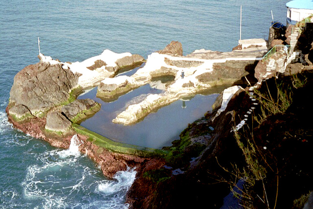 Madeira. Lava-Meereswasser-Schwimmbecken wohl gefüllt bei ruhiger See.  ©UdoSm